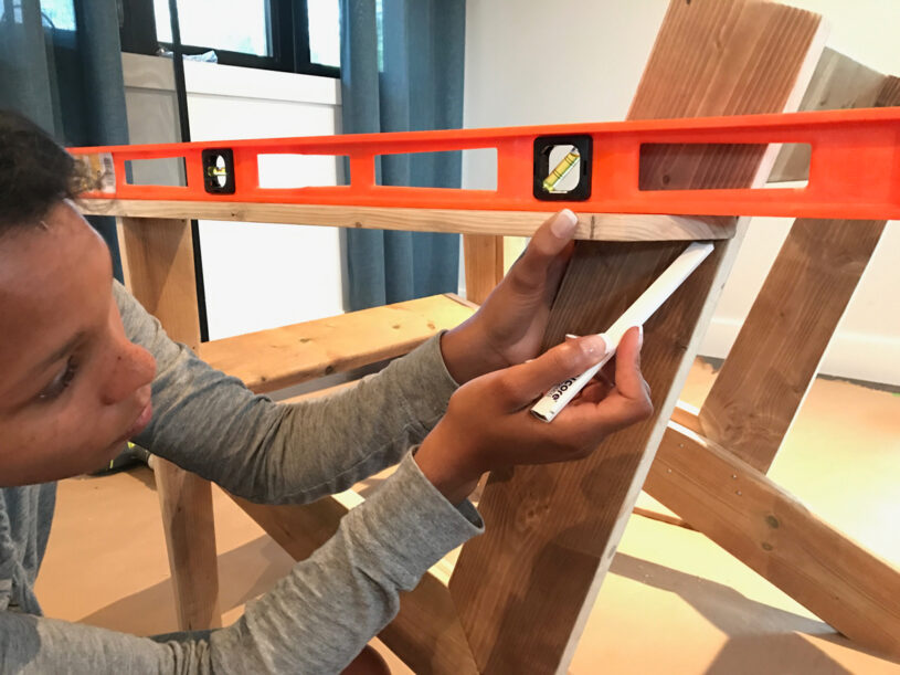 Marking the L-frame with the level line for the armrest